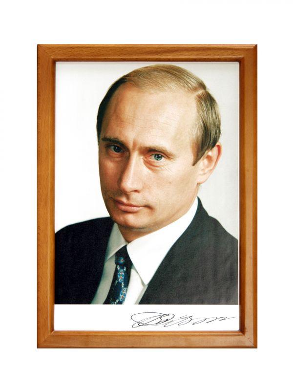 портрет путина на фоне флага