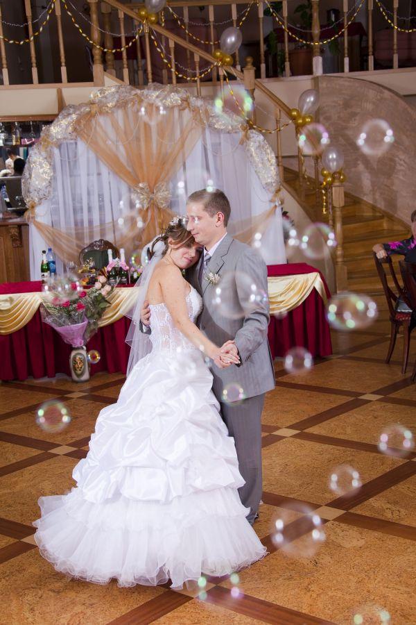Мыльные пузыри на свадьбе при танце