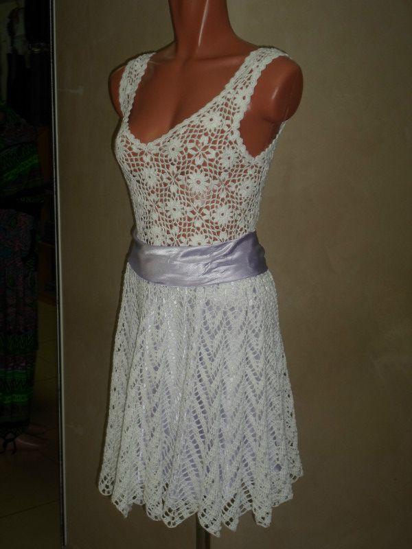 тонкая платье с широкой юбкой крючком открывает