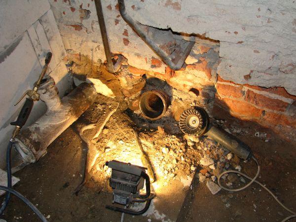 Демонтаж старых чугунных труб