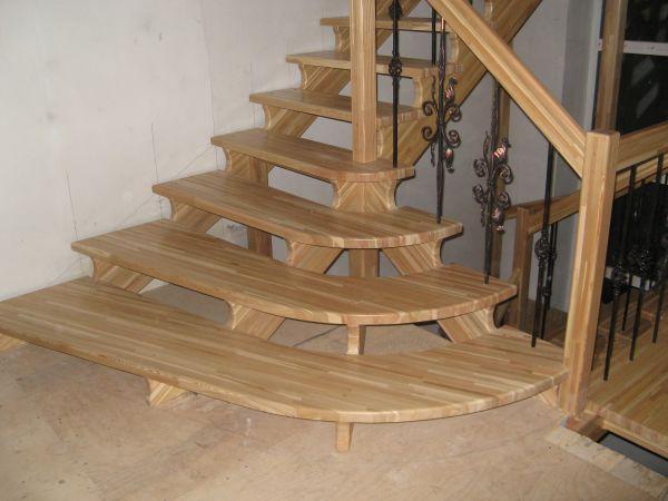 Деревянная лестница из досок