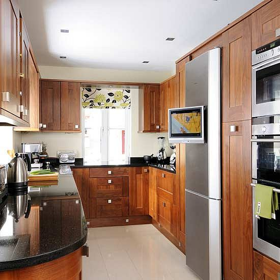 Фото дизайна потолка на малогабаритной кухне