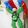 Десантник с парашутом из воздушных шаров