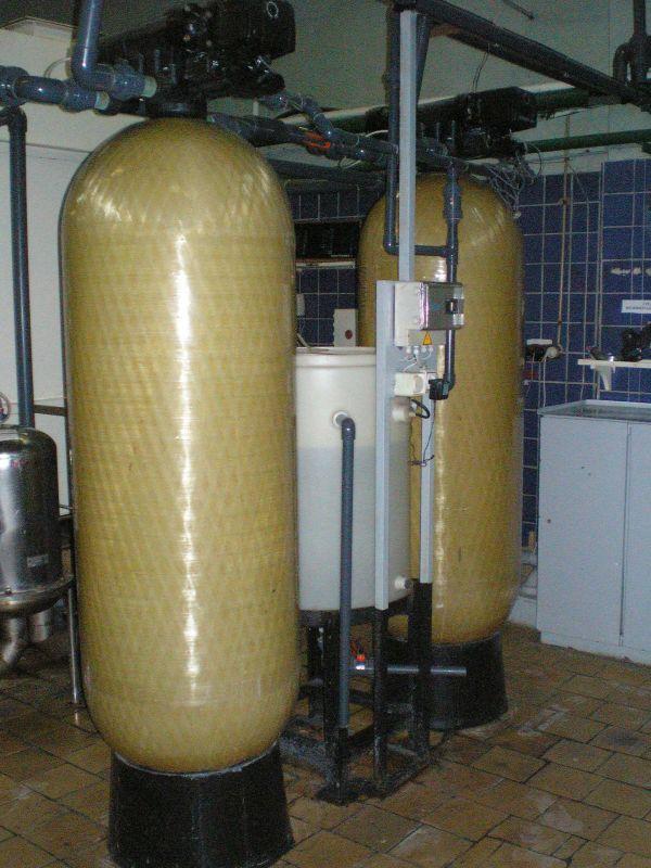 Фильтры системы мо цкти (см выходные данные а - поперечный разрез; б - схема фронта; / - вход обрабатываемой воды