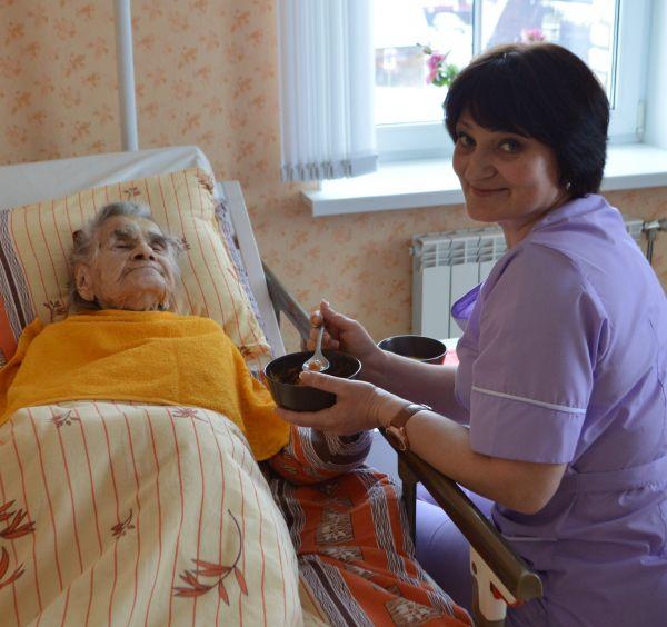 Как организовать уход за лежачим больным