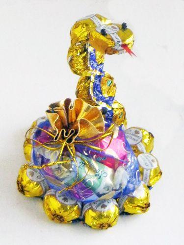 Медицинская змея из конфет