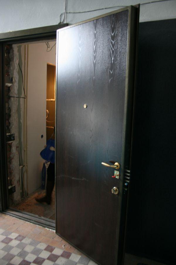 тяжелая стальная дверь