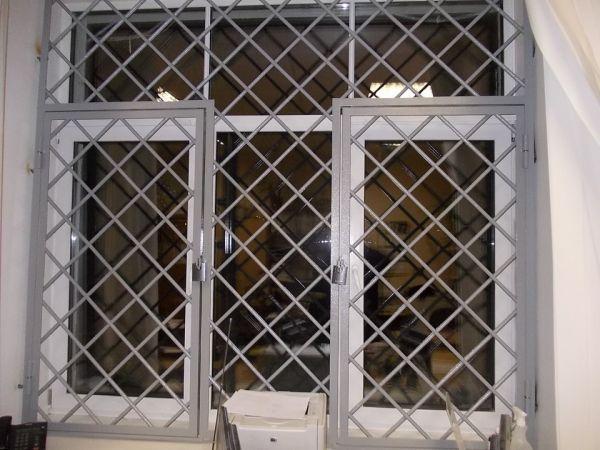 распашные металлические решетчатые двери
