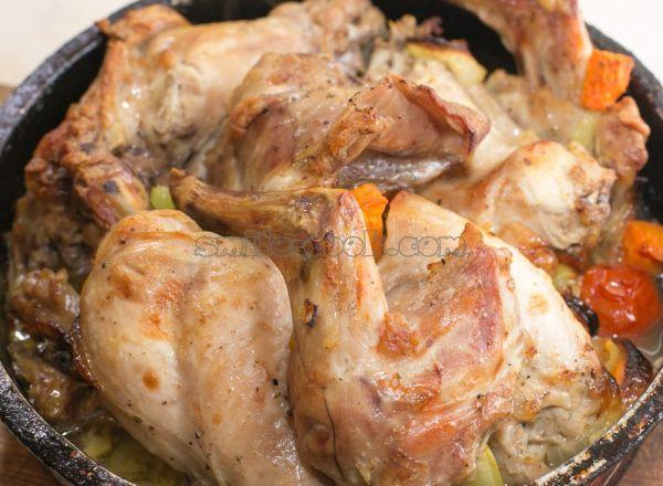 Мясо разрезаем на кусочки, замачиваем в воде в течение часов, после чего воду сливаем, кусочки натираем солью и перцем и обжариваем на сковороде до румяной корочки.